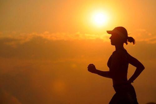 Frau joggt im sonnenuntergang 1 - Belar.info